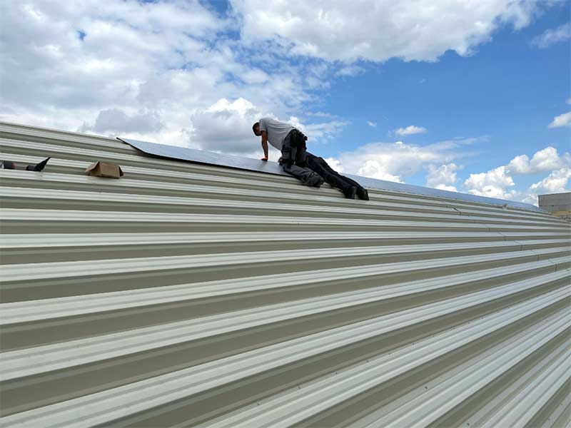 Dachdecker arbeiten mit Wellblech an unserem neuen Werkstatthallendach